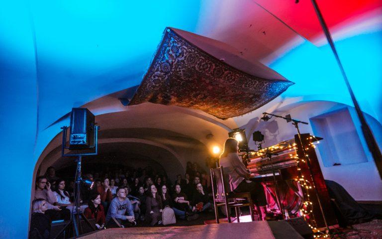 Sugrįžkime į jaukiai praleistą laiką klausant geros muzikos teatro Atviras ratas studijoje PO KILIMU!